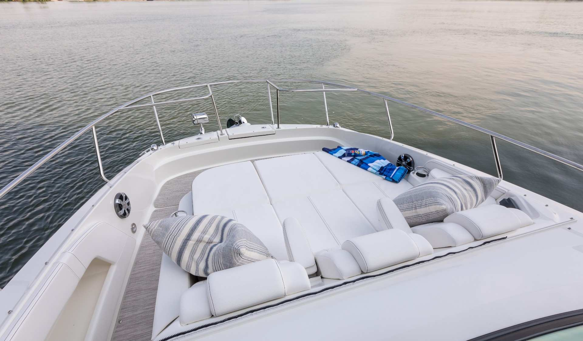 Sundancer 320 Coupe Outboard bow seating