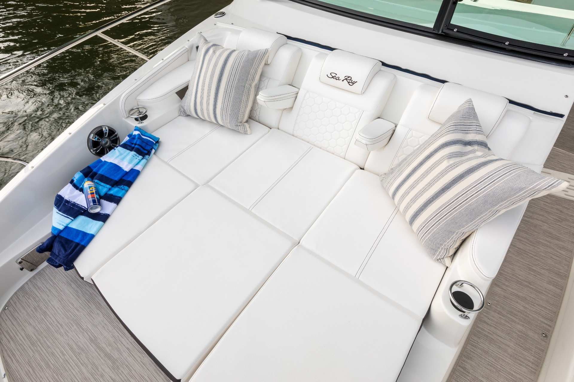 Sundancer 320 Outboard bow seating